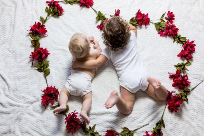 仲良く並ぶ赤ちゃんとお兄ちゃん