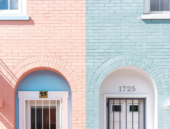ピンクと水色の隣り合った家の玄関