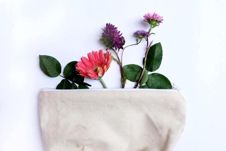 バッグから出てくるお花
