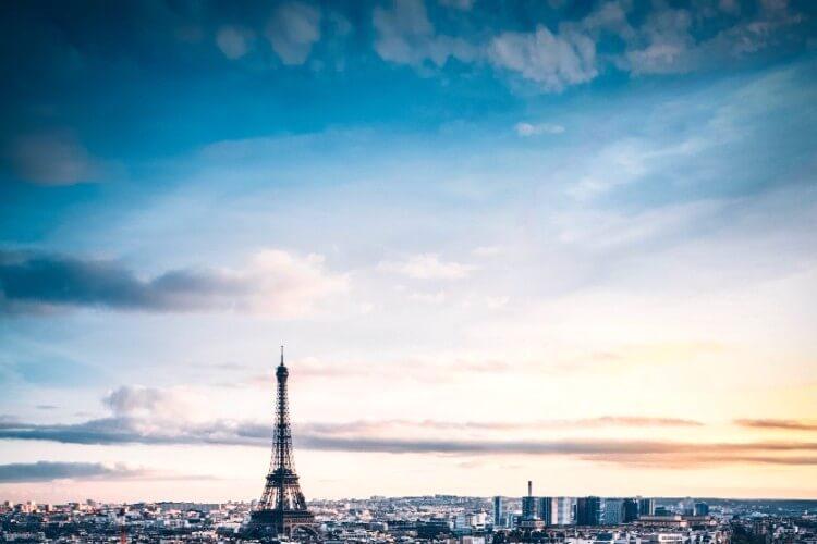 朝のパリの街並み