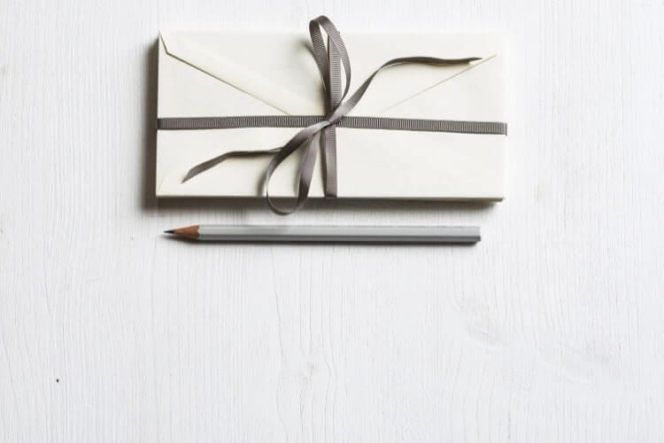 厚めの手紙と鉛筆