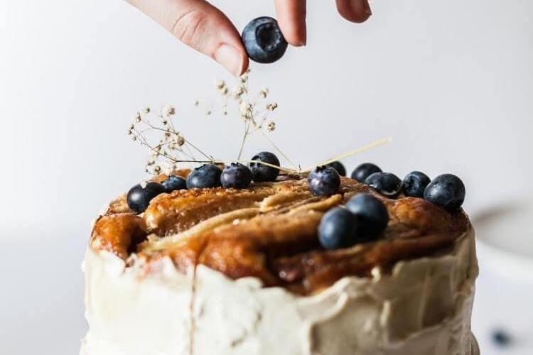 ブルーベリーでケーキをデコレーションする