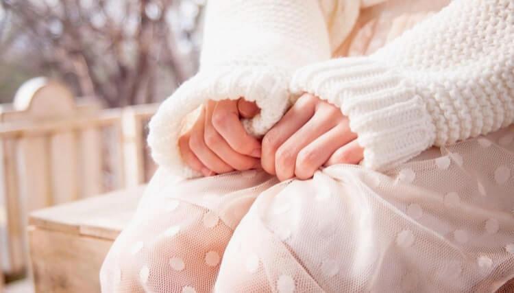 緊張した女性の握った両手