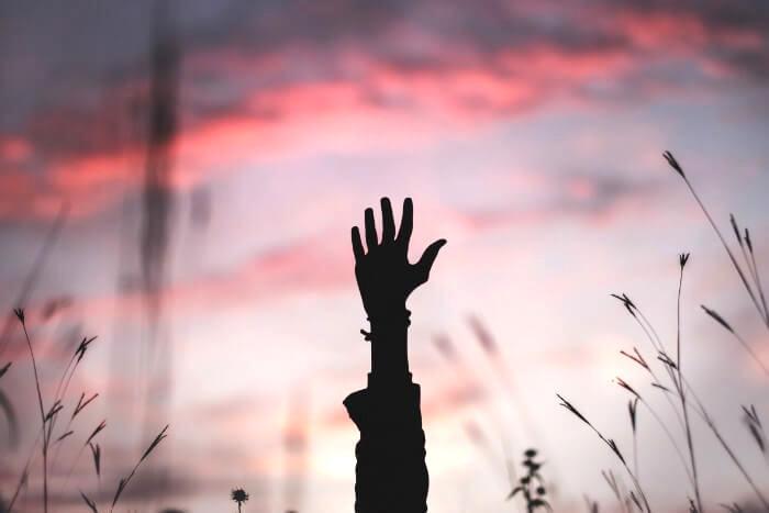 夕焼けの中挙げた手