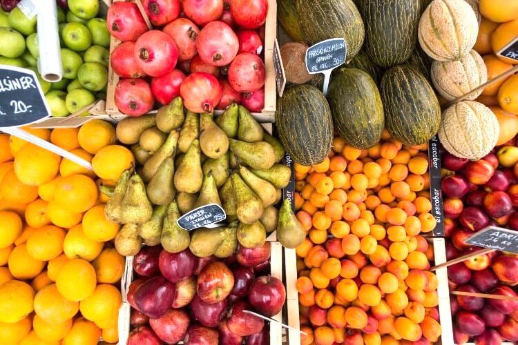 色とりどりに並ぶマルシェのフルーツ