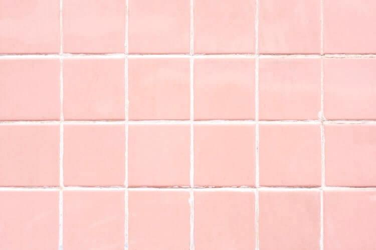 ピンクタイルの壁