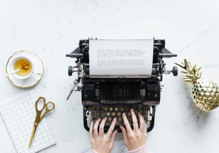タイプライターで文字を打つ女性の手