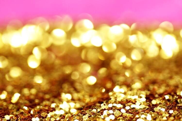 キラキラのゴールドグリッターとショッキングピンクの壁