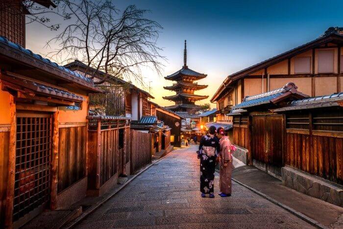 京都の城下町で立ち止まる着物姿の女性2人